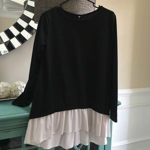 Tops - Black long sleeve top with button detail in back
